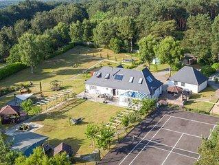 Luxury villa, amazing location, pool, jacuzzi, large garden & tennis court!