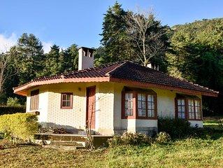 Chale Amarelo c lareiras, hidro, sauna na beira do Rio Preto em Visconde de Maua