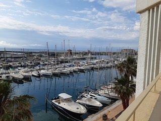 T2 sur le port, terrasse et parking prive