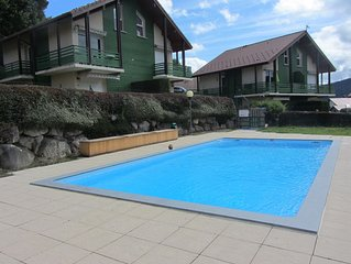 Appartement duplex 6 couchages vue sur le lac. Terrasse et piscine exterieure.