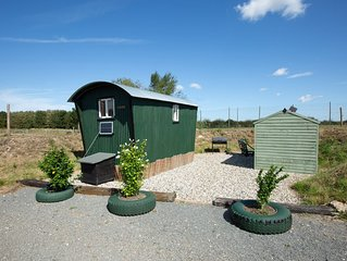 March Luxury Shepherd's Hut - Hot Tub - stunning location. Access to sauna.