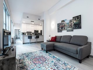 Beautiful Modern Condo - Heart of Business District #501