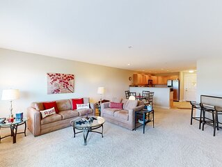 Open & airy condo w/ private balcony, jetty view, & quick access to the beach!
