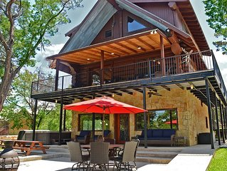 Canadian Log Home on a Quiet Cove with resort amenities and Private Hot Tub