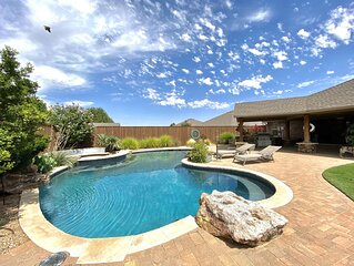 *New Listing* 9 miles from TTU Pool Firepit Privacy Fence Outdoor Kitchen