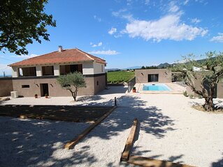 Maison viticole au milieu des vignes avec piscine et jardin