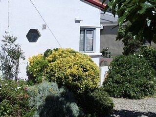 Petite maison, clim et jardin ombrage, dans un quartier calme pres de la plage