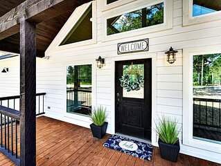 NEW - White farmhouse 1 bed/1 bath with hot tub/fire pit. Designer furnishings.