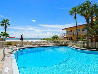 #226 Surf Song Resort: 0.5 BR / 1 BA phase i in Madeira Beach, Sleeps 2