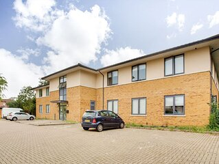 Elegant Apartment in Milton Keynes near Snozone