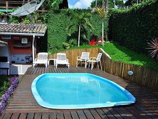 Casa 3 suites c ar cond e TV, churrasq gar para 3 carros a 200m da praia.