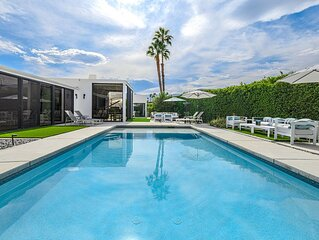 Contemporary Poolside Haven: Newly Renovated Luxury Retreat