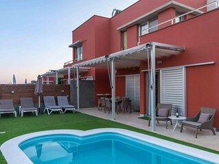 Villa en campo de golf con piscina privada by Lightbooking