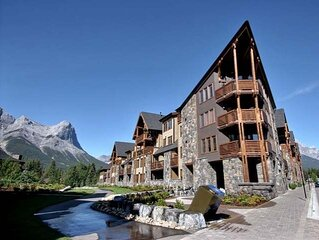 Breathtaking Mountain views in Rundle Cliffs Lodge - Spring Creek - Hot Tub OPEN