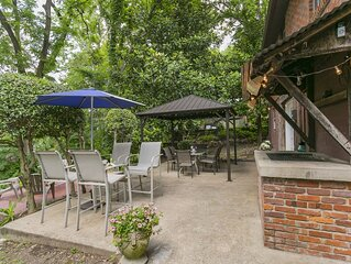Indoor-outdoor living space � Mins to Downtown � Magnolia