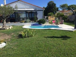 maison moderne ,arborée avec piscine, située dans un village sur l'estuaire