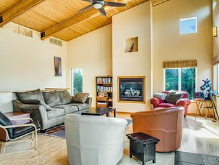 Dog-friendly cottage w/ a furnished deck - an easy walk to the beach!