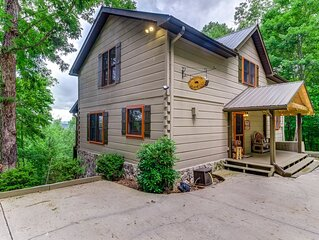 Dog-friendly country home w/ free WiFi, private hot tub + games for everybody!