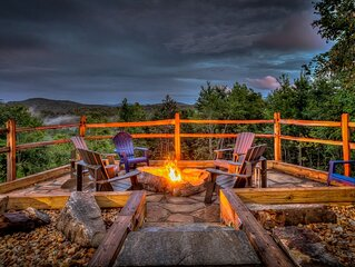 Wander In Lodge-| Outdoor Firepit | Hot Tub | Long Range Views
