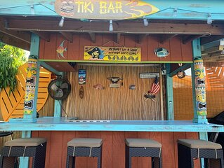 Tiki & Pool Paradise, 4 BR, 2BA Near Hard Rock Guitar Hotel & Casino