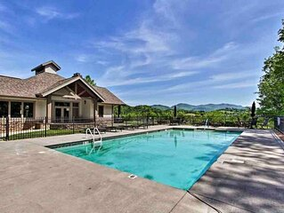 Cades Cove Paradise- Mountain Views, Community Pool & Fire Pit, Private patio