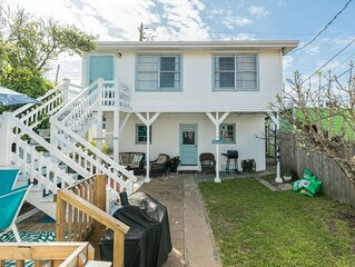 Cozy getaway w/ shared gas grill & Gulf views - one block from the beach