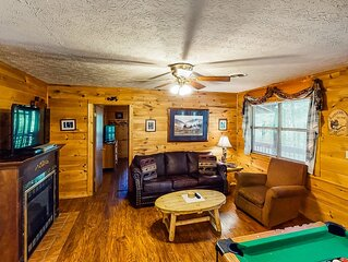 Woodsy cabin w/ private hot tub/pool table - close to Pigeon Forge!