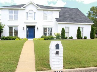 2.3 miles to stadium, close to restaurants/grocery, perfect for entertaining!