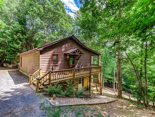 Amazing cabin w/ woodland views, private hot tub, air hockey, and fireplace!