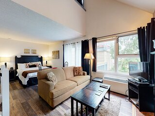 Well-positioned condo w/ shared pool & steps to lift, dogs OK!