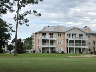 Beautiful unit with golf course view. Close to shops and the beach.
