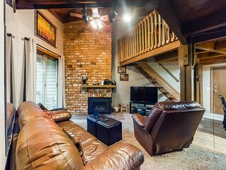Cozy, rustic condo w/balcony, fireplace & shared hot tub/pool