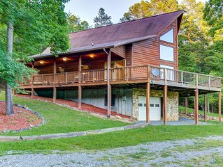 Lovely dog-friendly cabin w/ lots of grassy space for kids + free WiFi & deck!