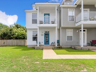 Light and Bright and room for all! 3 Bedroom 3 Bath only a 5 min walk to beach!