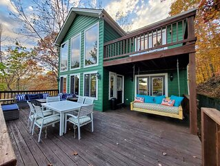 Getaway w/ gorgeous CHL view, Hot Tub, cozy fireplace, wood provided & fun games
