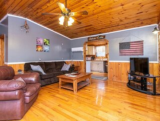 WiFi & Pet-Friendly - Small Family Cabin - Eclectic Hillside - Getaway to Red Ri
