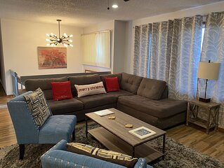 Beautiful Bi-level! Game room with pool table, 5 TVs, WiFi. Central heat/air.