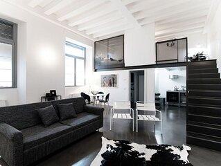 Appartamento moderno nel centro storico di Como, con parcheggio privato.