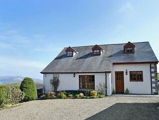 Bwthyn y Muallt is a spacious cottage with a hot tub. Sitting in five acres of p