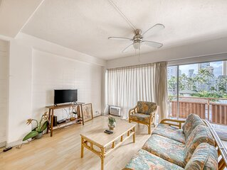 Comfortable condo with a shared pool & hot tub - close to beach!