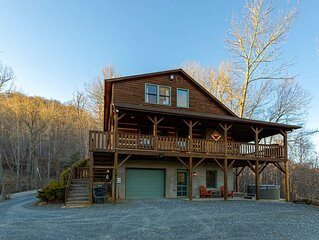 Mountain Laurel Lodge - Log Cabin in Boone with Hot Tub, Great Views & Pool Tabl