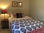 Guest room, Queen bed