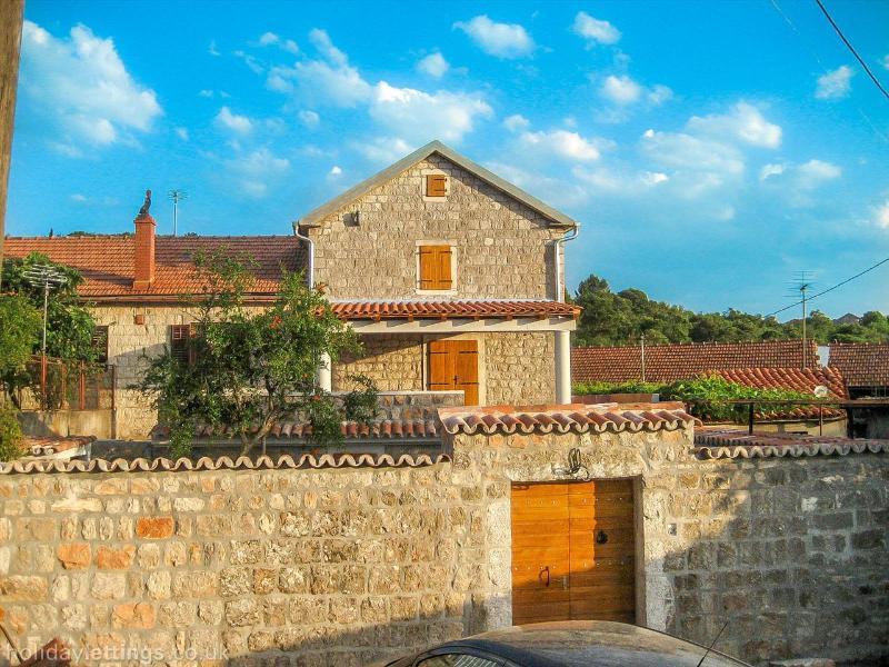 Bienvenido a la casa del molino Lustica, llevar a tomar un tour de la casa, pueblo, playas y zona
