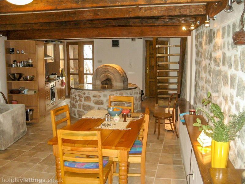 Vamos a empezar abajo en el cocina/comedor con cocina bien equipada y viejo molino