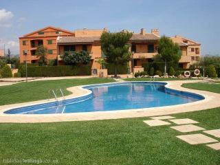 32. Bajo con jardin y piscina