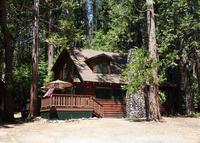 Gorgeous cabin- fireplace, near downtown & lake, deck, A/C &  firepit, location de vacances à Mi Wuk Village
