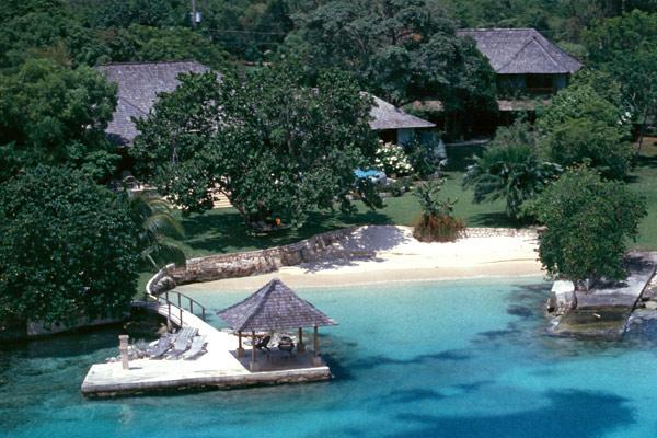 Amanoka - Discovery Bay 7 Bedroom Beachfront, vacation rental in Discovery Bay