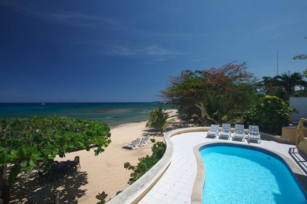 Idle Hours - Runaway Bay 3 Bedrooms beachfront, vacation rental in Runaway Bay