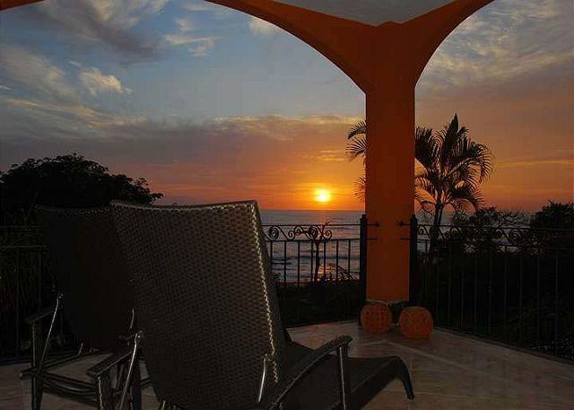 Amazing 2BR oceanview condo- shared pool, vonage phone, a/c, internet HOR204, aluguéis de temporada em Villarreal