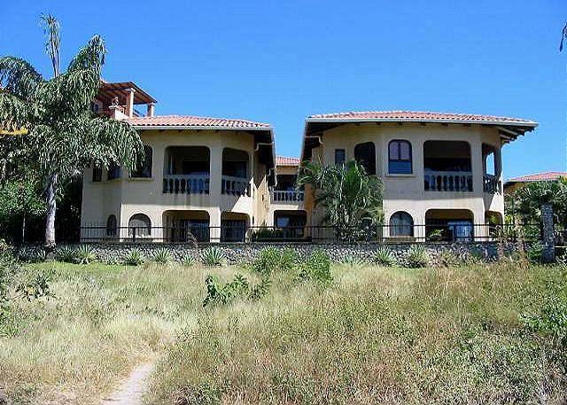 Luxury beachfront condo, views, cable, internet, shared pool, a/c, kitchen, casa vacanza a Villarreal